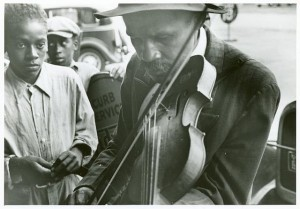 640px-Blind_street_musicians,_West_Memphis,_Arkansas,_Sept._1935._(3109755531)